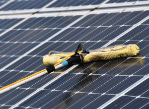 Laat je zonnepanelen reinigen (en stel vooraf deze 4 vragen)